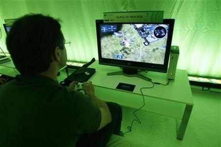 A visitor plays the ''Halo Wars'' video game during the 2008 E3 Media & Business Summit in Los Angeles July 15, 2008. REUTERS/Mario Anzuoni