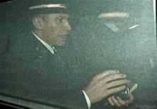 <p>Премьер-министр Бельгии Ив Летерм прибывает в парламент страны вечером 19 декабря 2008 года. Премьер-министр Бельгии Ив Летерм подал королю страны прошение об отставке правительства после того, как Верховный суд заявил, что располагает доказательствами давления правительства на правосудие в деле банка Fortis. REUTERS/Ezequiel Scagnetti(BELGIUM)</p>