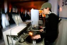 <p>DJ Samantha Ronson spins tunes at the Game Over Party after the NFL's Super Bowl XL in Detroit, February 5, 2006. REUTERS/Jason Cohn</p>