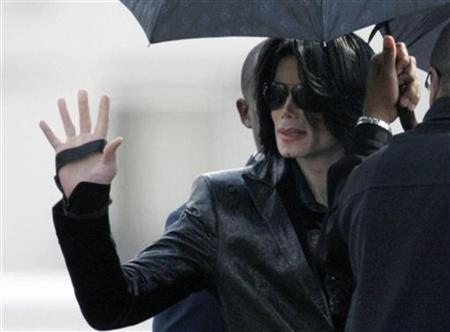 Pop star Michael Jackson waves to fans at a U.S. military facility in Tokyo, March 10, 2007. REUTERS/Kim Kyung-Hoon