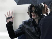 <p>Pop star Michael Jackson waves to fans at a U.S. military facility in Tokyo, March 10, 2007. REUTERS/Kim Kyung-Hoon</p>