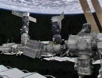 """<p>La stazione spaziale internazionale dove il comandante Michael Fincke e l'ingegnere di volo Yury Lonchakov condurranno la loro """"passeggiata spaziale"""". REUTERS/NASA TV</p>"""