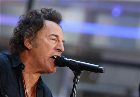 Bruce Springsteen performs with the E Street Band on NBC's ''Today'' show in New York, September 28, 2007. REUTERS/Brendan McDermid