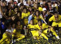 <p>Jogadores do Boca posam junto ao troféu conquistado no torneio Apertura. A vitória foi decidida no saldo de gols e o time comemorou duplamente depois que seu eterno rival, o River Plate, terminou em último lugar. REUTERS/Enrique Marcarian</p>