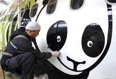 """<p>Un trabajador pinta un panda gigante sobre un avión Airbus A321, en Chengdu, China, 25 dic 2008. La ola de """"pandamanía"""" que recorre Taiwán ha cobrado su primera víctima: la página en internet del Zoológico de Taipei, nuevo hogar de los dos pandas gigantes que llegaron esta semana al país regalados por China. REUTERS/China Daily</p>"""