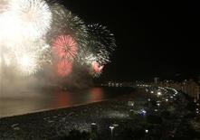 <p>Fireworks explode above Copacabana beach in Rio de Janeiro January 1, 2008. REUTERS/Bruno Domingos</p>