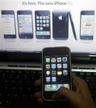 <p>Wal-Mart Stores indique qu'il vendra à partir de dimanche certains modèles de l'iPhone d'Apple mais ils ne seront pas aussi bon marché que certains l'anticipaient. /Photo d'archives/REUTERS/Pawan Kumar</p>