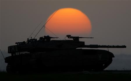 The sun sets behind an Israeli tank near Kibbutz Mefalsim, just outside the northern Gaza Strip December 28, 2008. REUTERS/Yannis Behrakis