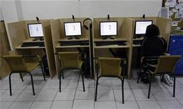 <p>A woman browses web at an Internet cafe in Madrid May 23, 2008. The kind of ratings used for films could be applied to Web sites in a bid to better police the Internet and protect children from harmful and offensive material, Britain's minister for culture has said. REUTERS/Andrea Comas</p>