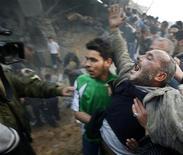 <p>Житель Палестинской автономии кричит после обстрела Сектора Газа со стороны Израиля 1 марта 2008 года. По крайней мере 155 человек погибли, около 200 были ранены в субботу в результате обстрелов ВВС Израиля по Сектору Газа, сообщили медицинские работники в палестинском анклаве. REUTERS/Suhaib Salem</p>