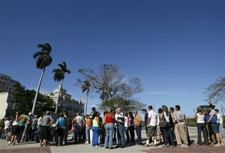 People line up outside the Spanish Embassy in Havana December 29, 2008. REUTERS/Enrique De La Osa