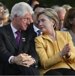 <p>Foto de archivo de la senadora Hillary Clinton y el ex presidente Bill Clinton durante una ceremonia en San Juan, Puerto Rico, 26 mayo 2008. Bill y Hillary Clinton presionarán el botón ceremonial para activar el descenso de la enorme bola iluminada en el Times Square de Nueva York durante la celebración de año nuevo. REUTERS/Ana Martinez</p>