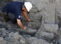 <p>El arqueólogo Marcelo Waissell trabaja con los restos de un galeón econtrado en Buenos Aires, 30 dic 2008. Un grupo de obreros halló accidentalmente un galeón del siglo XVIII enterrado en la orilla del argentino Río de la Plata mientras realizaban una excavación para la construcción de un edificio, dijo el martes el Gobierno de la ciudad de Buenos Aires. REUTERS/Marcos Brindicci (ARGENTINA)</p>