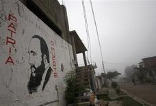 <p>Una imagen del líder cubano Fidel Castro en una muralla en Los Caminos, Cuba, 30 dic 2008. Cuba recordará el jueves el 50 aniversario de la revolución de Fidel Castro con el Comandante enfermo y la austeridad que impone la crisis financiera global a una economía martillada por los huracanes. REUTERS/Claudia Daut (CUBA)</p>