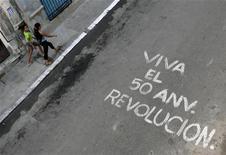 <p>Una scritta sull'asfalto a L'Avana celebra il 50esimo anniversario della rivoluzione castrista. REUTERS/Enrique De La Osa</p>