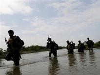 <p>Soldados armados de Sri Lanka caminanaban a través de una laguna en el recientemente recapturado territorio rebelde de los Tigres Tamiles en Paranthan. Una explosión en la capital de Sri Lanka dejó a tres heridos el 3 de enero del 2009. Imagen del 23 de diciembre del 2008 REUTERS/Stringer (SRI LANKA)</p>