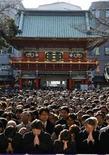 <p>Visitantes ofrecen plegarias en el primer día de negocios del 2009 en el templo Kanda Myojin en Tokio, 5 ene 2008. Vestidos con trajes y chaqueta, miles de empleados y ejecutivos confluyeron el lunes en un santuario de Tokio dedicado al comercio, rezando a su dios para conservar los negocios a flote en un nuevo año con lúgubres perspectivas económicas. REUTERS/Yuriko Nakao</p>