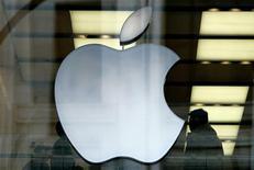 <p>Selon des sources proches du dossier, Apple a accepté de supprimer les verrous numériques sur iTunes et de permettre le téléchargement direct sur son iPhone. /Photo d'archives/REUTERS/Dylan Martinez</p>