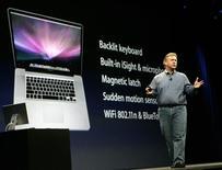 <p>Phillip Schiller, vice-président d'Apple chargé du marketing produit. Apple a annoncé la suppression des verrous numériques pour les morceaux musicaux en vente sur son kiosque en ligne iTunes, ainsi que le lancement d'un ordinateur portable 17 pouces ultraplat, mais en l'absence de nouveauté tonitruante et de l'emblématique Steve Jobs, la clôture du salon Macworld a déçu les investisseurs. /Photo prise le 6 janvier 2009/REUTERS/Robert Galbraith</p>