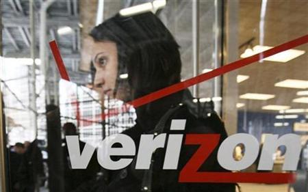 A customer departs a Verizon Wireless store in New York, November 21, 2008. REUTERS/Brendan McDermid