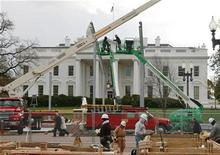 <p>Workers construct the reviewing stand which will be used by President-elect Barack Obama and other dignitaries to view his inauguration parade on January 20, 2009, outside the White House in Washington November 18, 2008. REUTERS/Jason Reed</p>