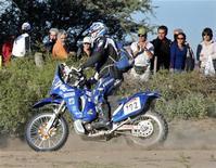 <p>Il motociclista francese Pascal Terry nella seconda tappa del rally Dakar.REUTERS/Stringer/Files</p>
