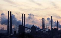 <p>Трубы металлургического комбината Азовсталь в Мариуполе 19 ноября 2008 года. Украина вынуждена вводить ограничения на потребление газа промышленными предприятиями страны в связи с полным прекращением российского импорта этого топлива в условиях холодной зимы, заявили в четверг представители госхолдинга Нафтогаз Украины. REUTERS/Gleb Garanich</p>