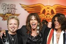 """<p>Joey Krame, Steven Tyler e Joe Perry do Aerosmith durante coletiva para apresentar o game """"Guitar Hero: Aerosmith"""" em Nova York. Foto tirada em junho de 2008.Aerosmith volta ao trabalho após recesso em 2008.REUTERS/Lucas Jackson</p>"""