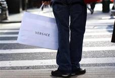 <p>Un comprador sostiene una bolsa de la marca de moda Versace en Nueva York, EEUU, 19 nov 2008. La lujosa marca de moda Versace descartó la idea de que sus principales clientes quieran hacer fila en las rebajas post-navideñas de la capital italiana de la moda en busca de gangas. REUTERS/Mike Segar</p>