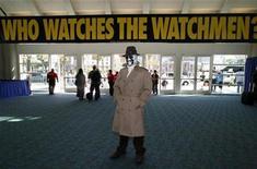 """<p>Foto de archivo de Eric Tetangco disfrazado como Rosrschach, personaje de la historieta """"Watchmen"""" durante la convención anual de historietas de San Diego, EEUU, 24 jul 2008. Abogados de los dos estudios que luchan para la cinta de superhéroes """"Watchmen"""", próxima a estrenarse, dijeron el viernes a un juez que se encontraban en conversaciones, según revelaron fuentes. REUTERS/Mike Blake</p>"""