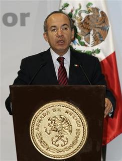 Mexico's President Felipe Calderon speaks during a visit to the navy headquarters in Mexico City December 19, 2008. REUTERS/Felipe Leon