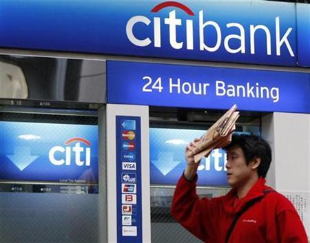A man walks past a Citibank branch in Tokyo November 24, 2008. REUTERS/Toru Hanai