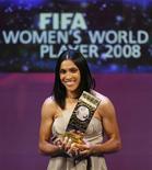 <p>A brasileira Marta foi premiada pelo terceiro ano consecutivo a Melhor Jogadora do Mundo em eleição da Fifa. A entrega do prêmio aconteceu nesta segunda-feira em Zurique. REUTERS/Christian Hartmann</p>
