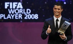 <p>O português Cristiano Ronaldo ganhou nesta segunda-feira o prêmio de Melhor Jogador do Mundo em eleição da Fifa. Campeão inglês, europeu e mundial pelo Manchester United, ele superou Kaká, Xavi Hernandez, Fernando Torres e Lionel Messi.REUTERS/Christian Hartmann</p>