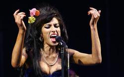 <p>Cantora britânica Amy Winehouse British durante apresentação no Festival de Glastonbury em junho de 2008, no oeste da Inglaterra. REUTERS/Luke MacGregor</p>