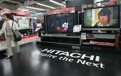 <p>Selon des sources proches du groupe, Hitachi, touché de plein fouet par le ralentissement des ventes d'équipements électroniques, pourrait devoir annoncer une perte nette annuelle record supérieure à 100 milliards de yens (836 millions d'euros). /Photo d'archives/REUTERS/Kim Kyung-Hoon</p>