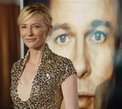 """<p>A atriz Cate Blanchett, uma das protagonistas de """"O Estranho Caso de Benjamin Button"""", diante do cartaz do filme, com foto do ator Brad Pitt REUTERS/Mario Anzuoni (UNITED STATES)</p>"""