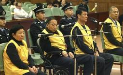 <p>Quattro ex dirigenti di Sanlu Group durante il processo al Tribunale di Shijiazhuang, povincia di Hebei, il 31 dicembre 2008. REUTERS/China Daily</p>