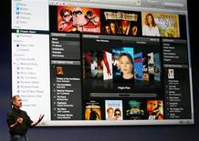 <p>Le kiosque en ligne iTunes d'Apple, principal pourvoyeur de musique numérique. Selon la Fédération internationale de l'industrie du disque, les ventes mondiales de musique dématérialisée ont fortement grimpé en 2008 mais restent faibles au regard des téléchargements illégaux, en dépit de la diversité des offres. /Photo d'archives/REUTERS/Dino Vournas</p>