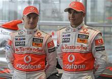<p>Pilotos da McLaren, Heikki Kovalainen (esq.) e Lewis Hamilton no lançamento do novo carro da equipe de F1. REUTERS/Kieran Doherty</p>
