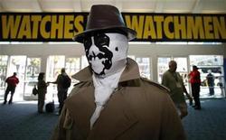 """<p>Foto de archivo de Eric Tetangco disfrazado como el personaje Rorschach del cómic """"Watchmen"""" durante la convención anual de historietas de San Diego, EEUU, 24 jul 2008. Warner Bros y Twentieth Century Fox de News Corp dijeron el jueves que habían logrado un acuerdo en su disputa por violación de derechos sobre el próximo filme de Warner, """"Watchmen"""", despejando el camino para su estreno el 6 de marzo. REUTERS/Mike Blake</p>"""