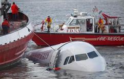 <p>Foto de archivo de naves de rescate auxiliando a un avión de U.S. Airways luego de que cayera al río Hudson en Nueva York, 15 ene 2009. Nueva York celebró a su último héroe, el piloto que aterrizó un avión de la aerolínea U.S. Airways en el río Hudson, salvando a los 155 ocupantes, en un maniobra que los expertos calificaron como un trabajo maestro bajo presión de vida o muerte. REUTERS/Eric Thayer</p>