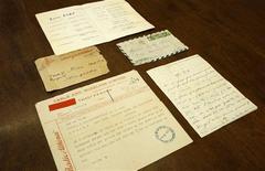 """<p>Uma carta de amor escrita pela cantora francesa Edith Piaf para um ator grego há mais de meio século, que dizia """"não deixe meu coração morrer"""", foi vendida por 1.500 euros (1.989 dólares) em um leilão na Grécia nesta sexta-feira. REUTERS/Yiorgos Karahalis</p>"""