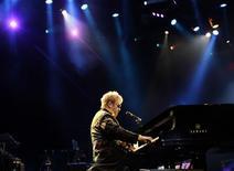 <p>Elton John revive hits de sucesso e embala público por mais de duas horas com hits de sucesso. REUTERS/Paulo Whitaker (BRAZIL)</p>