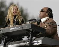 <p>Shakira e Stevie Wonder durante We Are One: la cerimonia di apertura delle celebrazioni per l'insediamento di Obama al Lincoln Memorial a Washington. REUTERS/Molly Riley</p>