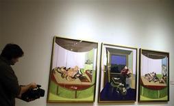 """<p>Un camarógrafo graba un tríptico de Francis Bacon inspirado en el poema de T.S. Eliot ''Sweeney Agonistes'', en el museo del Prado en Madrid, 20 ene 2009. El Museo del Prado acogerá a partir del 3 de febrero la """"retrospectiva más completa"""" sobre el artista británico Francis Bacon, justo en el año en que se conmemora el centenario de su nacimiento, según el ministro de Cultura español, César Antonio Molina. REUTERS/Susana Vera</p>"""