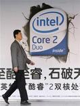 <p>Foto de archivo de un hombre caminando frente a un aviso de Intel Core Duo a las afueras de una tienda de computadoras en Pekín, 26 mar 2007. Intel, el mayor fabricante mundial de chips, bajó en hasta un 48 por ciento el precio de algunos procesadores para hacer frente a una caída de la demanda y a la competencia de los nuevos microprocesadores de menor costo de Advanced Micro Devices, informó Bloomberg. REUTERS/Claro Cortes IV (CHINA)</p>