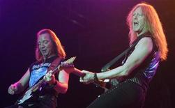 <p>British heavy metal band Iron Maiden members Dave Murray (L) and Janick Gers perform during a concert in Mumbai February 1, 2008. REUTERS/Punit Paranjpe</p>