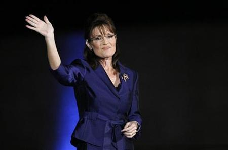 Alaska Gov. Sarah Palin waves to the crowd in Phoenix, November 4, 2008. REUTERS/Rick Wilking