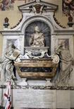 <p>La tumba del astrónomo Galileo Galilei en la basílica de Santa Croce en Florencia, 22 ene 2009. Científicos italianos y británicos quieren exhumar el cuerpo del astrónomo del siglo XVI Galileo y someterlo a pruebas de ADN para determinar si sus graves problemas de vista podrían haber afectado alguno de sus descubrimientos. REUTERS/Marco Bucco</p>